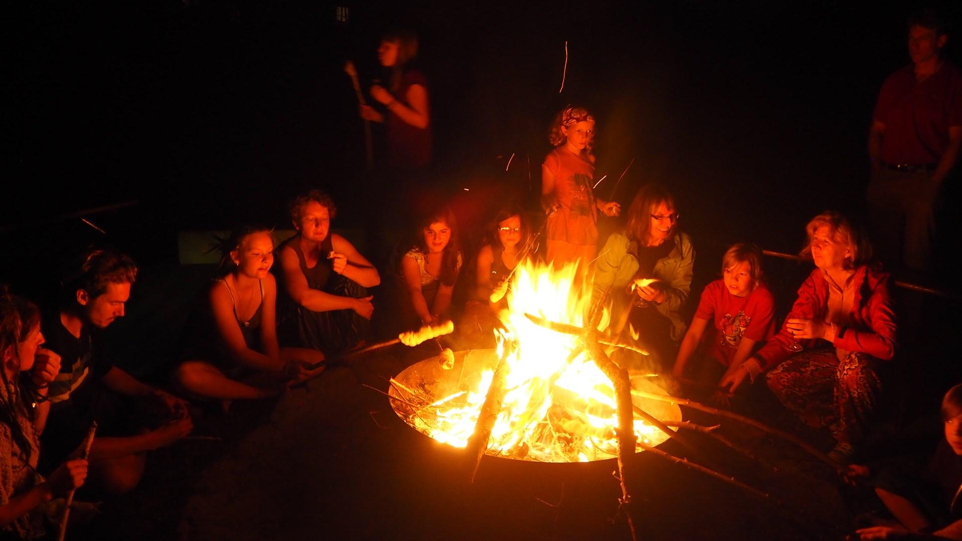 Ferienspaß: Kooperative Abenteuerspiele & Lagerfeuer